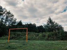 Gammalt fotbollfält i by, mål Fotografering för Bildbyråer