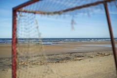 Gammalt fotbollmål på stranden royaltyfri foto