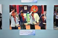 Gammalt foto av vietnamesiska barn som firar den 40th Anniversaren Arkivfoto
