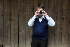 Gammalt fotografanseende på träbakgrund royaltyfri foto