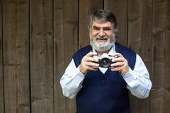 Gammalt fotografanseende på träbakgrund royaltyfria bilder