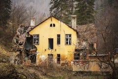 Gammalt förstört hus i skogen Arkivbild