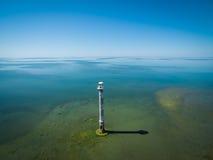 Gammalt fyranseende i havet, flyg- sikt Estland Saarem Arkivbild