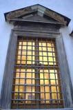 Gammalt gallerförsett fönster Arkivbild