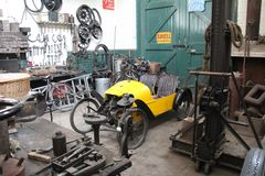gammalt garage fotografering för bildbyråer