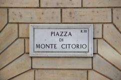 Gammalt gatatecken på den Montecitorio fyrkanten i Rome Arkivbild