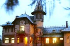 Gammalt gotiskt sjuksköterskasjukhus med ett runt torn Royaltyfri Fotografi