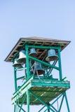 Gammalt grönt torn med kyrkliga Klockor Arkivbilder
