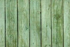 Gammalt grönt trästaket. Arkivfoton