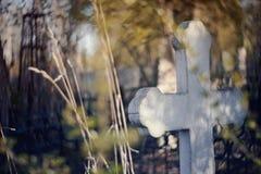 Gammalt grav- kors på kyrkogården royaltyfria foton
