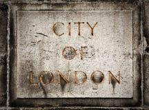 Gammalt grungestenbräde med staden av London text arkivfoton