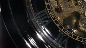 Gammalt guld- klockamekanismarbete close upp arkivfilmer