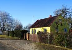Gammalt gulinghem nära vägen, Litauen arkivbilder
