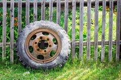 gammalt gummihjul royaltyfria bilder