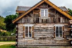 Gammalt härligt sommarhus i bygden Royaltyfri Bild