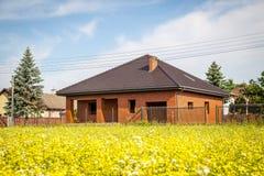 Gammalt härligt sommarhus i bygden Arkivbilder