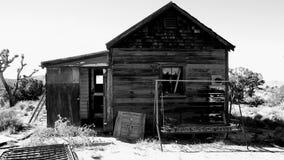 Gammalt hem i Mojaveöknen stock video