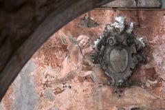 Gammalt heraldiskt emblem med änglar Kotor Montenegro Arkivfoton