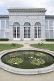 Gammalt historiskt classicistväxthus i slottträdgårdar i staden Telc, Tjeckien fotografering för bildbyråer