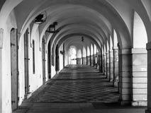 Gammalt historiskt galleri i den Loretanska gatan nära den Prague slotten, Prague, Tjeckien royaltyfri foto