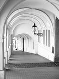 Gammalt historiskt galleri i den Loretanska gatan nära den Prague slotten, Prague, Tjeckien royaltyfria bilder