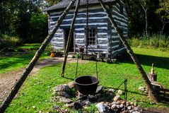 Gammalt historiskt hem på den gamla världen Wisconsin med en brandgrop- och gjutjärntripod arkivbilder