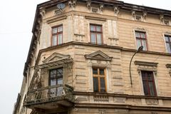 Gammalt historiskt hus för vinkel med en balkong royaltyfria bilder