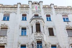 Gammalt historiskt lägenhethus Arkitektoniska beståndsdelar, modeller, prydnader och tegelplattamålning av byggnad i Budapest arkivbild