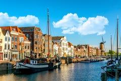 Gammalt historiskt område Delfshaven med wildmill och husbåtar i Rotterdam, södra Holland, Nederländerna swallowtail f?r sommar f royaltyfria bilder