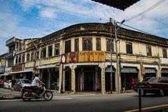 Gammalt historiskt shoppar i hörnet av gatan av Bukit Mertajam arkivbild