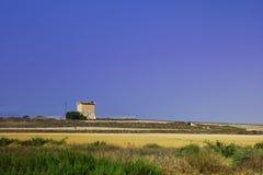Gammalt historiskt torn i Cypern, grannskap av Larnaca, Pervolia by på bakgrunden på blå himmel royaltyfri foto