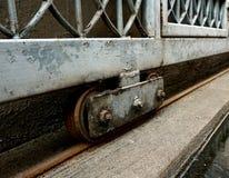 Gammalt hjul av en parkeringsport royaltyfri fotografi