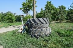 Gammalt hjul för gummihjuldäckmönstergummihjul av den gamla stora traktoren Arkivfoto