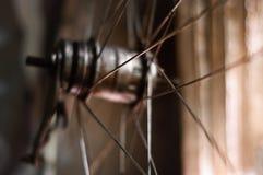gammalt hjul f?r cykel arkivfoto