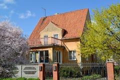 Gammalt hus av den tyska konstruktionen i Kaliningrad skyen för showen för växter för rörelse för den förfallna för fältet för bl Royaltyfri Foto