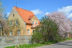 Gammalt hus av den tyska konstruktionen i Kaliningrad Vårland Royaltyfri Foto