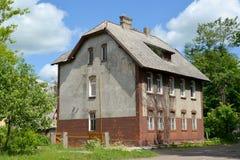 Gammalt hus av den tyska konstruktionen Stad Gusev, Kaliningrad region Royaltyfri Foto