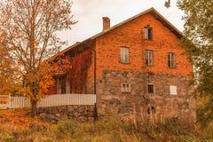 Gammalt hus, fönster, tegelstenhus i Sverige royaltyfria foton
