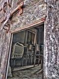 Gammalt hus för bruten dörr arkivbild
