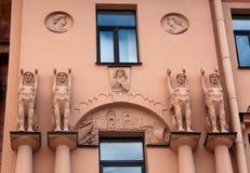 Gammalt hus för fasad med skulpturer i den egyptiska stilen Royaltyfria Bilder