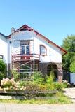 Gammalt hus för material till byggnadsställningtornrenovering, Nederländerna Arkivfoto