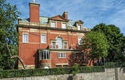 Gammalt hus för röd tegelsten fotografering för bildbyråer