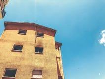Gammalt hus, hus för rivning, illavarslande hus arkivbilder