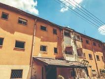 Gammalt hus, hus för rivning, illavarslande hus fotografering för bildbyråer