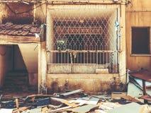 Gammalt hus, hus för rivning, illavarslande hus arkivbild
