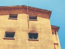 Gammalt hus, hus för rivning, illavarslande hus royaltyfria bilder