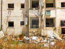 Gammalt hus, hus för rivning, illavarslande hus, guling arkivbild