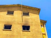Gammalt hus, hus för rivning, illavarslande hus, guling royaltyfri fotografi