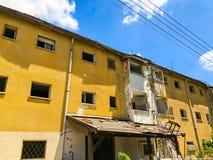 Gammalt hus, hus för rivning, illavarslande hus, guling royaltyfri bild