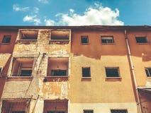 Gammalt hus, hus för rivning, illavarslande hus, guling fotografering för bildbyråer